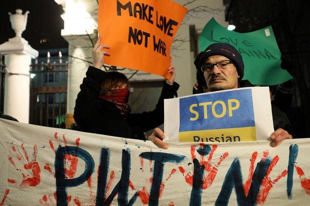 Ukrainaa on tuettu mielenosoituksessa ympäri Eurooppaa. Ihmiset osoittivat maanantaina mieltään Puolassa Varsovassa Venäjän suurlähetystön edessä.