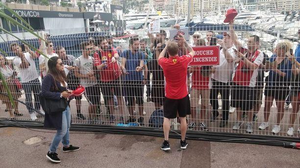 Usein lippis päässä esiintyvä Räikkönen kirjoitti Monacon sunnuntai-illassa nimikirjoituksia paljain päin, sillä Ferrari-lippis päätyi superfani Mokon jälkikasvulle.