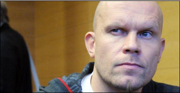 Jere Karalahti saapui Helsingin käräjäoikeuteen Saksasta.