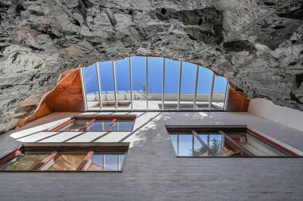 Talo on kaikkiaan kuudessa tasossa. Valoa kallion alapuolella oleviin osiin tuo kymmenmetrinen valokuilu.