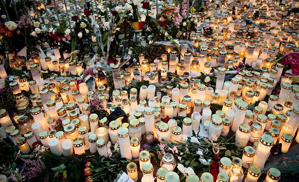 Turun iskussa kuoli kaksi ja loukkaantui kahdeksan ihmistä. Varsinais-Suomen käräjäoikeus vangitsi tiistaina neljä teosta epäiltyä.
