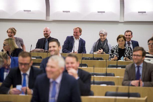Rydman istuu eduskunnassa toisen sotekriitikon Susanna Kosken (kok) vieressä. Kuva vuodelta 2016.