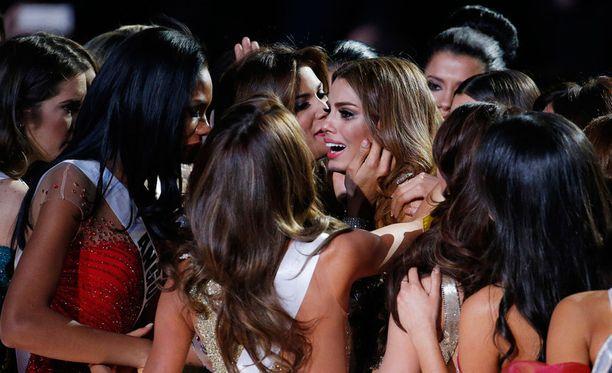 Kanssakilpailijat lohduttivat Miss Kolumbiaa, joka murtui kyyneliin suoran lähetyksen päätyttyä. Gutierreziltä vietiin Miss Universumin titteli todella julmalla tavalla.