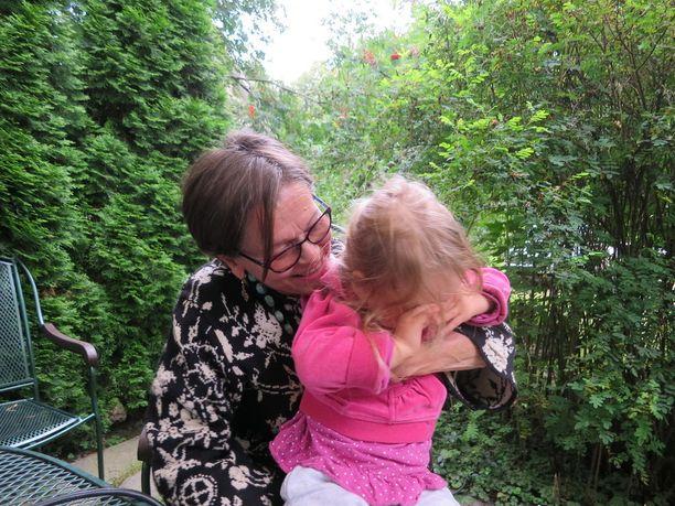 Eeva-Riitta ja tyttärentytär Leea viettävät yhdessä kesää.