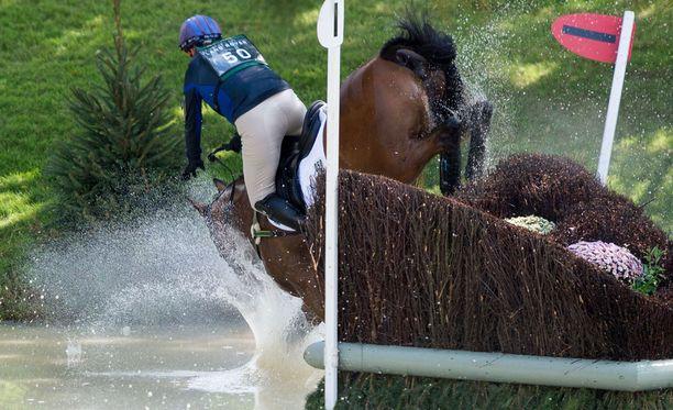 Zaran hevonen kompuroi hypyn alastulovaiheessa.