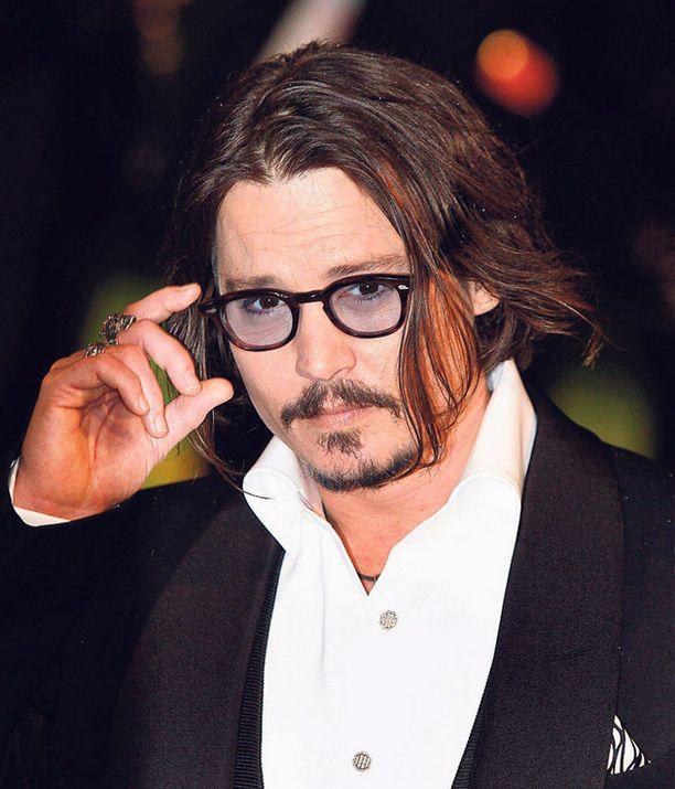 KOMISTUS Maailman seksikkäimmäksi mieheksi aikanaan valittu Johnny Depp on Hatuntekijänä maskeerattu lähes tunnistamattomaksi.