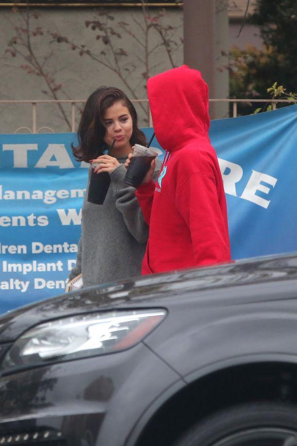 Selena Gomez oli munuaisoperaatiossa, jonka jälkeen hänen ja Justinin välit lämpenivät uudelleen.
