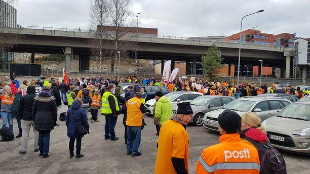 Postin työntekijät järjestivät mielenosoituksen tiistaina.