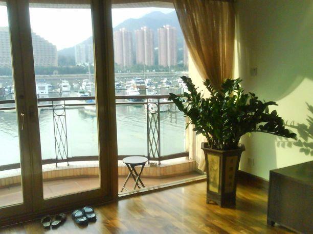 Hong Kongin ilmankosteus voi vaatia kosteuden poistoa talosta erityisillä laitteilla ja hyvää ilmastointia. Talviaikoina kodeissa on puolestaan kylmä.