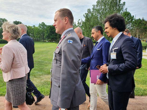 Poliitikkojen ja tutkijoiden lisäksi vieraiden joukossa oli muun muassa mediavaikuttajia, kuten tuottaja Arman Alizad ja Ylen juontaja Sean Ricks.