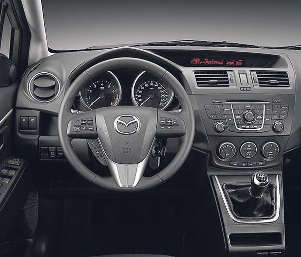OHJAAMO Mazda-kuski tunnistaa ohjaamossa tutut piirteet, putkimittarit ja litteän infotaulun.