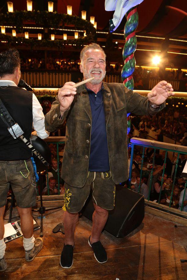 Arnold Schwarzenegger ikuistettiin pitämässä hauskaa.