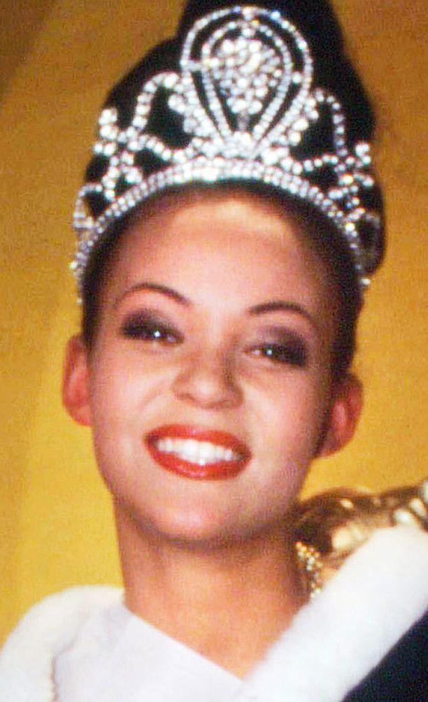 3. Lola Odusoga - Miss Universum kisassa kolmas vuonna 1997