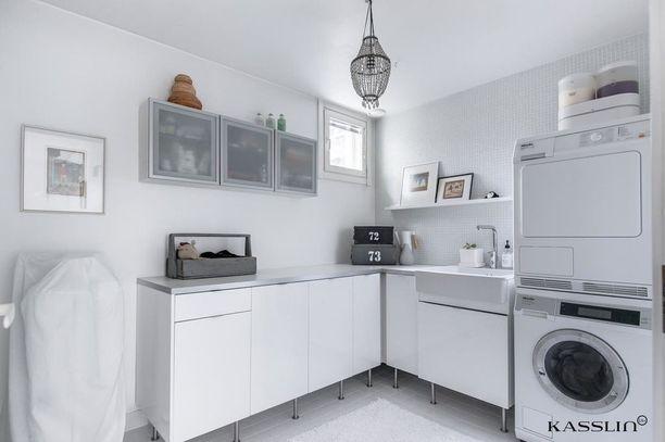 Kodinhoitohuonetta voi koristaa samalla tavalla kuin muitakin huoneita - asettele sinne tänne koriste-esineitä, mutta varmista, etteivät ne hidasta askareiden tekemistä.