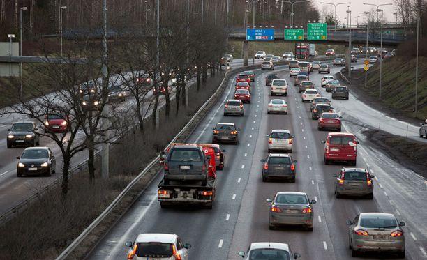 Pakettiautolla liikkeellä ollut mies ohitti neljän auton letkaa Espoossa Tuomarilan liittymän kohdalla, kun perään ilmestyi roikkumaan henkilöauto. Arkistokuva.