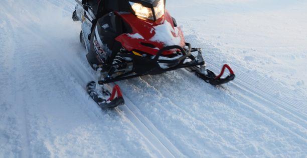 17-vuotias tyttö sai surmansa Rovaniemen maastoissa tapahtuneessa kelkkaturmassa. (Arkistokuva, kuvan moottorikelkka ei liity juttuun.)
