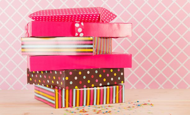 Moni valitsee lahjansa ajatuksella ja haluaa nähdä lahjan saajan ilmeen, kun hän avaa lahjan.