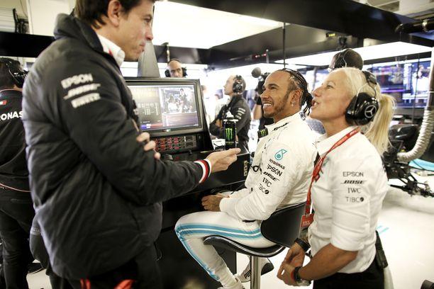 Tallipäällikkö Toto Wolff (vasemmalla) ei ole Mersun mukana tämän viikon F1-kisassa Brasiliassa. Lewis Hamilton (keskellä) on jo varmistanut maailmanmestaruuden.