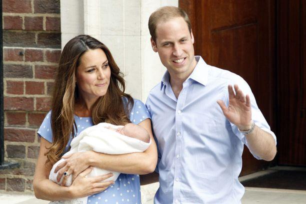 Tuoreet vanhemmat esittelivät George-vauvan lehdistölle.