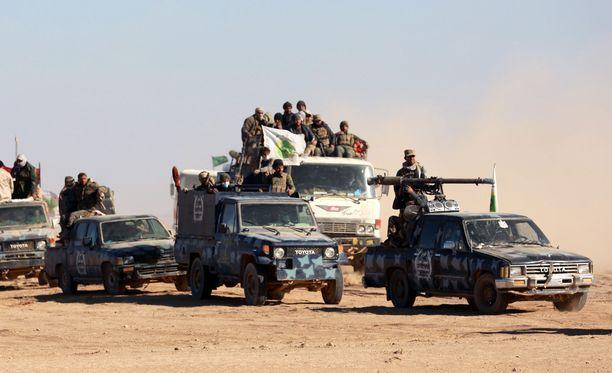 Shiiamilitiaryhmä matkalla taisteluun vuonna 2016 Mosulin lähistöllä.