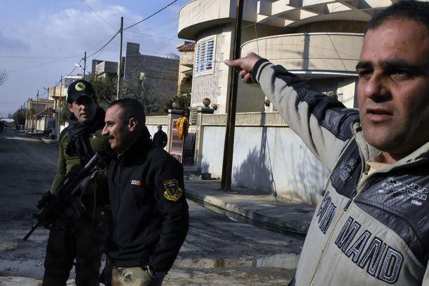 Rabah Saad osoittaa kadulle, josta pelastaja eli Irakin terrorismin vastainen erikoisjoukko saapui pari viikkoa sitten.