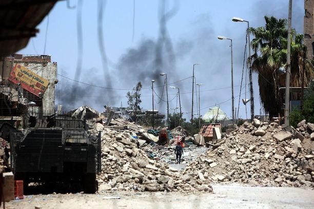 Keskiviikkona otetussa kuvassa Irakin poliisin joukot hakevat asemia taistelussa Isisiä vastaan.