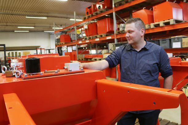 XO-Metallin toimitusjohtaja Petri Niinimäki purki tämän jauhemaalaamon asentajineen itse Belgian Brüggestä ja kokosi sen Parkanoon Kristian Viitasaaren työpaikaksi.