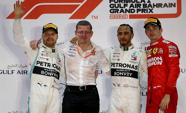 Mersun Lewis Hamilton (kesk.) ajoi voittoon, tallikaveri Valtteri Bottas (vas.) oli kakkonen ja Ferrarin Charles Leclerc kolmas.