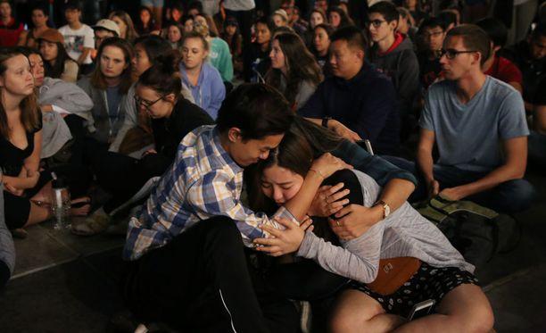 Ihmiset lohduttivat toisiaan Las Vegasissa maan vakavimman joukkoammuskelun jälkeen.