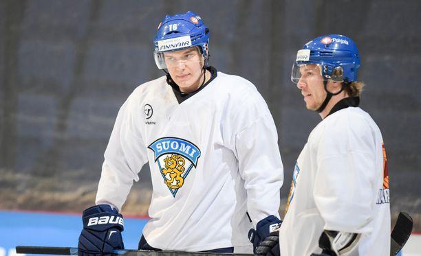 Floridassa Jokinen mentoroi muun muassa Aleksander Barkovia (vasemmalla).