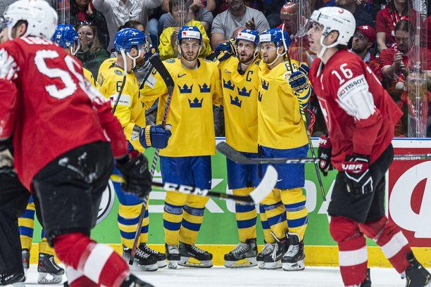 Ruotsin William Nylander (numero 88) oli pitelemätön MM-kisojen ottelussa Sveitsiä vastaan.