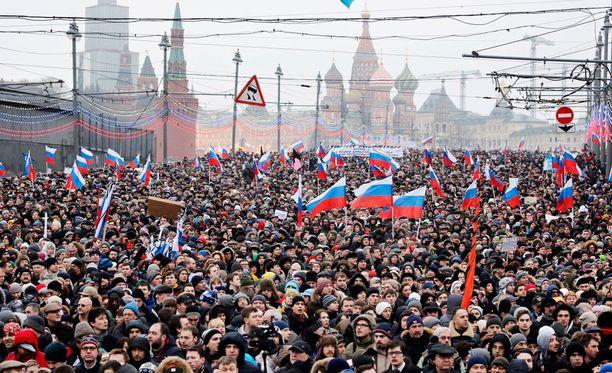 Kymmenettuhannet ihmiset osallistuivat Boris Nemtsovin kunniaksi järjestettyyn surumarssiin Moskovan keskustassa 1.maaliskuuta.