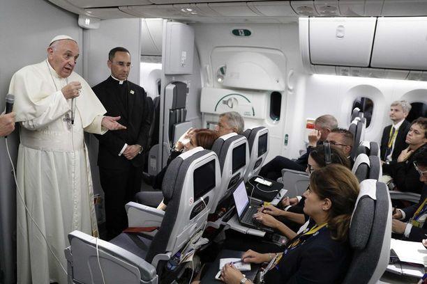 Paavi puhui toimittajille lennolla palatessaan viiden päivän vierailulta Kolumbiasta.