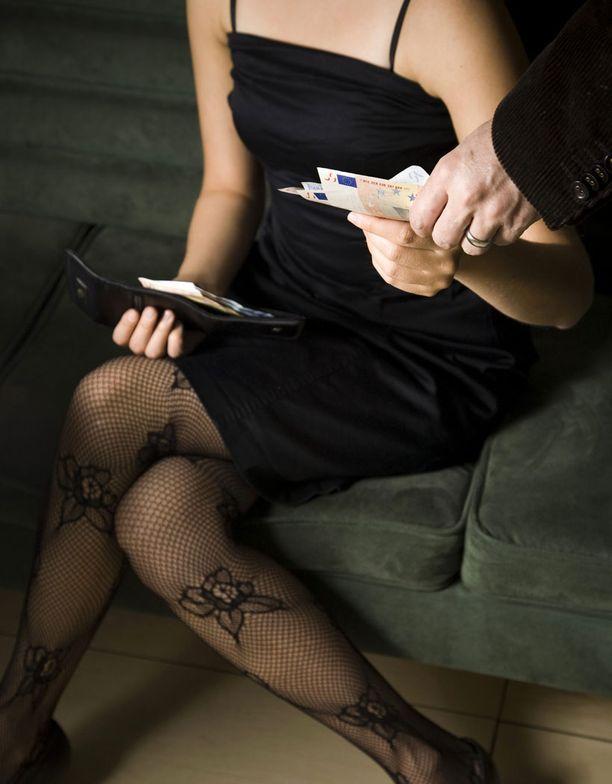 Prostituoidun mukaan kansanedustaja käy hänen luonaan säännöllisesti. (Kuvan henkilöt eivät liity juttuun.)
