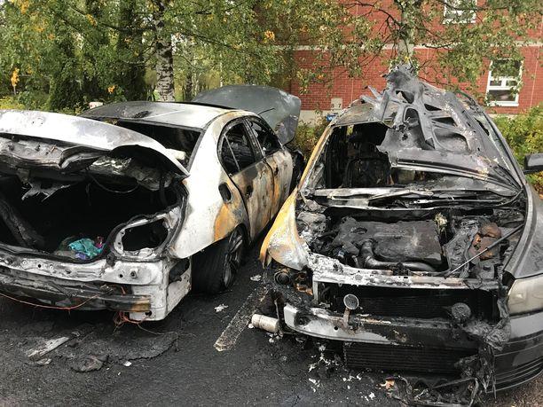 Neljä autoa tuhoutui täysin Espoon Matinkylässä sytytetyissä tulipaloissa.