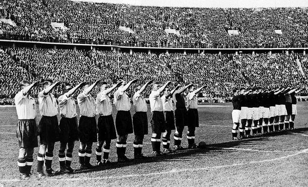 Englannin jalkapallomaajoukkue teki natsitervehdyksen Berliinissä vuonna 1938.