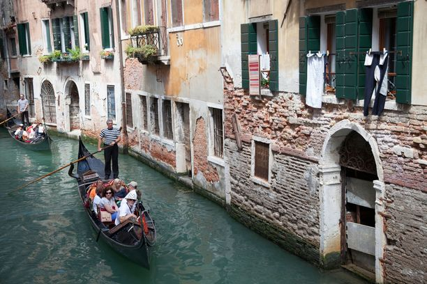 Aiemmin gondoliin pääsi Venetsiassa kuusi ihmistä gondolieerin lisäksi.