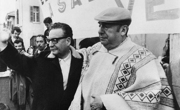 Pablo Neruda (oik.) presidentti Salvador Allenden kanssa vuonna 1970.