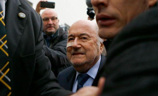 Sepp Blatter saapui lehdistötilaisuutensa Zürichissä maanantaiaamuna.