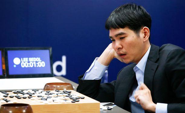 Korealainen go:n huippupelaaja Lee Sedol pohtii pelattua peliä voittonsa jälkeen Soulissa.