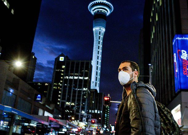 Kasvomaskia käyttävä mies kävelee Aucklandin keskustassa Uudessa-Seelannissa 12. elokuuta. Kaupungissa on keskiviikosta alkaen ollut voimassa uudet rajoitus- ja sulkutoimet.