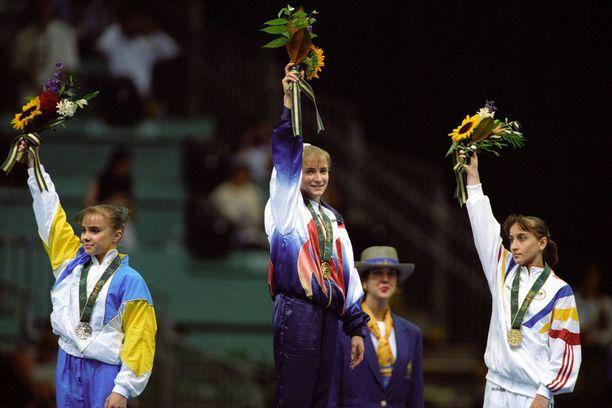 Shannon Miller keskellä kultamitali kaulassa. Kuva on otettu vuonna 1996 Atlantan olympialaisissa.