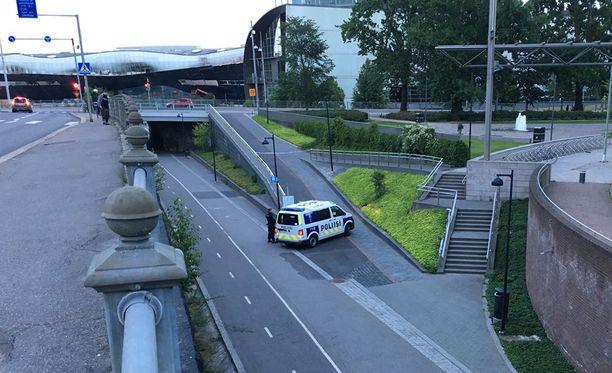 Poliisi eristi pyörätie Baanan Helsingin keskustassa.