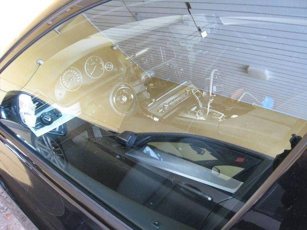 Autoihin liettualaiset menivät krouvisti ikkunan rikkomalla.
