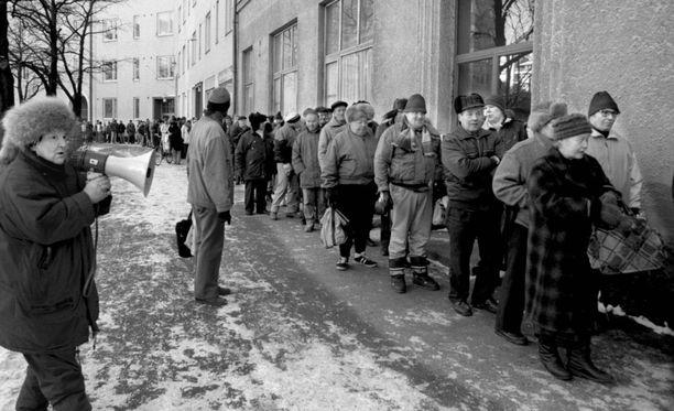 Ruoka-apujono Helsingin Harjukadulla vuonna 1996.