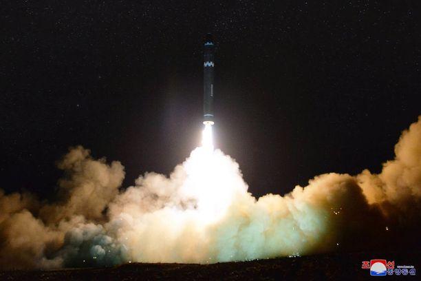 Pohjois-Korea sanoo tehneensä useita ohjuskokeita viime kuukausina. Kuva Pohjois-Korean uutistoimistolta marraskuussa 2017.