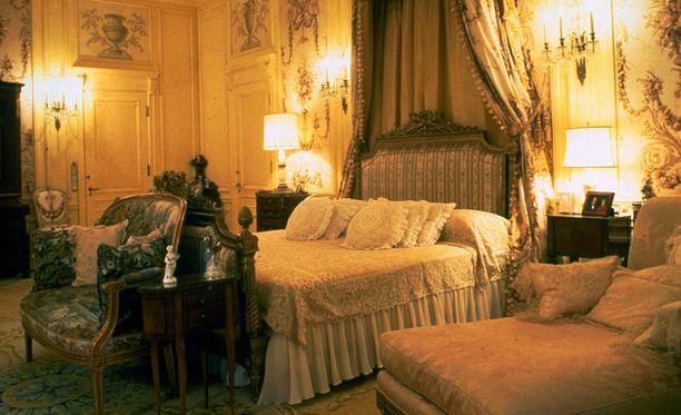 Yksi palatsin makuuhuoneista.