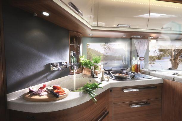Flairin keittiössä mahtuu kokkaamaan aterian suuremmallekin porukalle.
