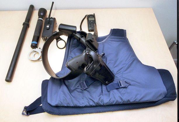 Kevyiden aseiden luodeilta suojaava liivi kuuluu poliisin varustukseen. Suojaliiviä käytetään tavallisesti virkapuvun alla.