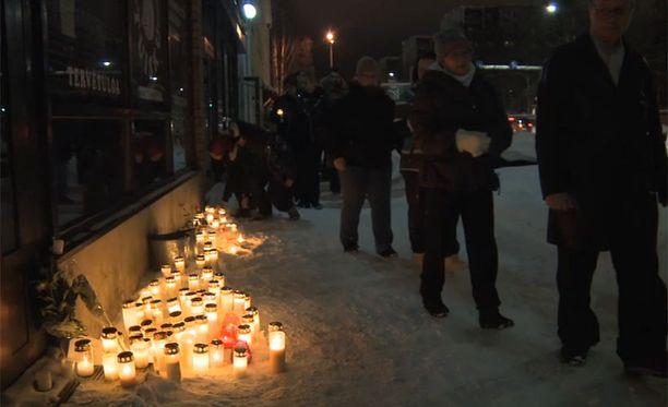 Kynttiläkulkueeseen osallistuneet muistivat surmien uhreja.